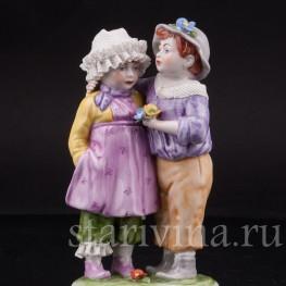 Статуэтка из фарфора Дети с цветком, кружевная, , вт.пол. 20 в.